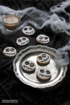 Una vera notte di Halloween non può non avere dei biscotti a tema. T ra tutte le idee che mi sono passate per la testa in questa settim...