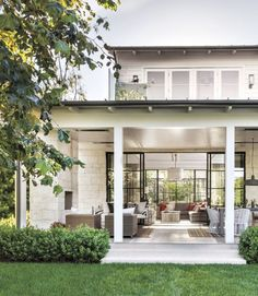 modern outdoor space This space makes my heart skip a beat. What a perfect transition from the interior and those doors make my heart skip a beat! Love every little bit of this. i The post modern outdoor space appeared first on Outdoor Ideas. Indoor Outdoor Living, Outdoor Rooms, Outdoor Dining, Outdoor Living Spaces, Outdoor Kitchens, Outdoor Sofa, Dining Table, Modern Farmhouse Exterior, Farmhouse Style