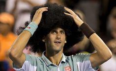 Non solo un campione di tennis, ma anche di simpatia. Novak Djokovic sa come sorprendere e divertire il pubblico dei grandi tornei internazionali. In questa galleria il tennista ha festeggiato la vittoria a Montreal contro Denis Istomin indossando un parruccone ed esibendosi in un balletto. Ovviamen