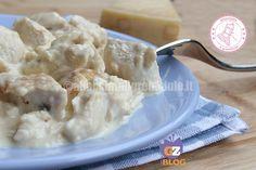 il pollo al parmigiano è una ricetta facile, veloce e gusotisssima che rende il petto di pollo morbido e delicatissimo. anche i bambini lo adoreranno.