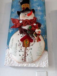 Trabajos navideños Vol.30 Christmas Items, Felt Christmas, Diy Christmas Ornaments, Christmas Snowman, Christmas Stockings, Christmas Bulbs, Christmas Decorations, Patchwork Baby, Crazy Patchwork