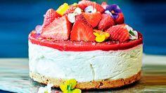 En overdådig cheesecake som ikke bare er smuk at se på men også smager himmelsk. Syrlig lime og hvid rom giver den fløjlsbløde ostecreme en frisk og voksen smag. Få opskriften på strawberry daiquiri-cheesecake med rom og lime her