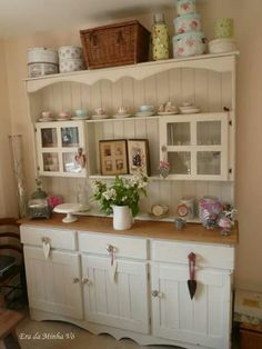 DIY Shabby Kitchen Decor Ideas That Will Add Value To Any Home Do you consider yourself to be an expert in home improvement? Shabby Chic Kitchen, Country Kitchen, New Kitchen, Kitchen Decor, Kitchen Design, Shabby Chic Furniture, Shabby Chic Decor, Distressed Furniture, Antique Furniture