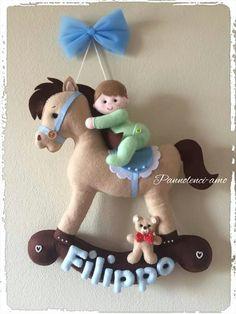 cavalinho de balanço Craft Stick Crafts, Diy Craft Projects, Felt Crafts, Diy And Crafts, Crafts For Kids, Felt Banner, Felt Garland, Felt Ornaments, Baby Nursery Decor