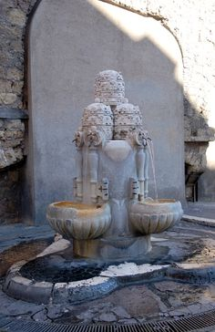 Fontana delle Tiare largo del colonnato / Roma ,città del vaticano