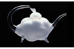 1日で1番ホッとするティータイムはキミと雲と一緒に。 お茶の時間を楽しいものにしてくれるのは美味しいお茶はもちろん、ティーポットやカップなども重要なアイテムかもしれません。 それなら、「Kumo Tea Pot」はいかがでしょう。 その名の通り、雲をイメージした繊細なデザインのガラスのティーポット。 イタリアの「Stu...