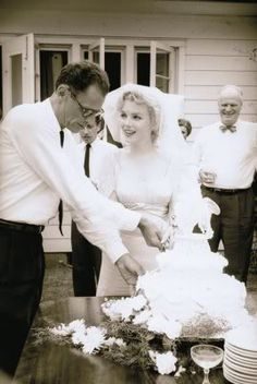 Veil Marilyn Monroe's low key wedding to Arthur Miller at a friend's house. Her happiness is what makes the simple wedding so beautiful. I read that Marilyn dipped her veil in coffee to match her dress. Marylin Monroe, Marilyn Monroe Wedding, Hollywood Wedding, Old Hollywood, Hollywood Glamour, Hollywood Icons, Hollywood Homes, Hollywood Stars, Low Key Wedding