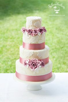 Versailles - Romantische Rosenblüten, zarte Pastelltöne und üppige Spitzenverzierungen erinnern an Glanz und Pracht am französischen Hof von Versailles. Eine Torte an der wohl auch Marie Antoinette gefallen gefunden hätte! #Hochzeitstorte #Hochzeit #weddingcake #wedding #cake #LaceCake #sugarflowers #ZuckerBlumen #Rosen #Schnabulerie
