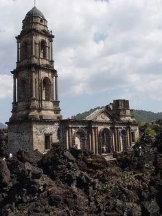 The Mexican church buried by lava, San Juan Parangaricutiro - Mexico Abandoned Churches, Old Churches, Abandoned Places, Tower Bridge London, Place Of Worship, Mexico Travel, Kirchen, Old Photos, Places To See