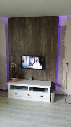 Tv Wand Gemaakt Met Led Strips En Als Afwerking Laminaat.