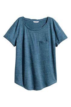 Top en jersey: Top en doux jersey flammé avec encolure légèrement torsadée. Modèle avec fausse poche devant et manches courtes terminées…