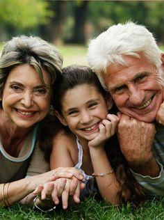 El papel de los abuelos con los nietos.-El papel de los abuelos en la familia está cambiando. Uno de los problemas que más alteran la relación entre los abuelos y los padres de sus nietos es la aplicación de los límites. En muchos casos, es muy difícil que ambas partes lleguen a un consenso. De un lado, están los abuelos que, desde su experiencia, no están de acuerdo con las ideas de los más jóvenes; y del otro están los padres que no aceptan las intromisiones de los abuelos en la educación…