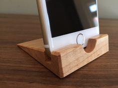 Dieses stilvolle iPhone 6-Standes ist handgefertigt mit geschweiften Ahorn-Hartholz und fertig mit drei Schichten aus einem dauerhaften Öllack/gefolgt von Pastenwax — alle von Hand und der gleichen Ausführung, ich für High-End-Möbel benutze, angewendet. Das Finish wird auch in der Küche schwere überstehen. Der Stand ist auf exakte Abmessungen auf ein iPhone 6 ohne einen Fall sicher zu halten geschnitten. Wenn Sie Interesse an einen Stand oder der Station, die ein Handy in einem Fall aufn...