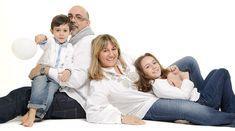 familia tumbada se abraza