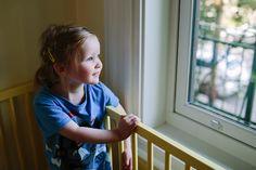 petite fille qui regarde par la fenetre