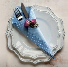 Em formato de cone, com minirrosas. Guardanapo Roupa de Mesa, pratos Stiledoc, talher Divino Espa�o