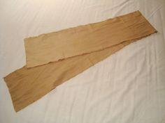 Mit Nussschalen gefärbtes Halstuch aus Leinen