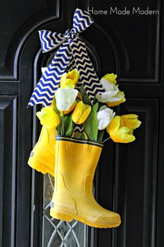 Diy Spring Wreath, Spring Front Door Wreaths, Diy Wreath, Spring Crafts, Wreath Ideas, Front Door Design, Porch Decorating, Decorating Ideas, Easter Wreaths