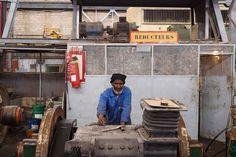 ... Nouadhibou, eine Stadt am Atlantik, wo dieser Mann in einer Werkstatt arbeitet.