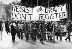 """SALLINGER : """"Ce rapport à la guerre du Vietnam (on est en 1964),(...) est comme un calque qu'on replacerait sur notre époque pour mettre en évidence les décalages. Les jeunes d'aujourd'hui sont fascinés par la génération « Flower Power » dont ils arborent les icônes mais dans une époque résolument va-t'en guerre et patriotique, que peut-il en être de ces slogans ? Comment résonne aujourd'hui l'univers de cette époque, ses musiques, ses couleurs, son pacifisme, sa révolte ?"""" Catherine Marnas"""