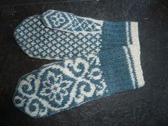 Rogaland pattern by Solveig Larsson Knitted Mittens Pattern, Knit Mittens, Mitten Gloves, Knitting Socks, Knit Socks, Knitting Stitches, Knitting Patterns, Knitting Projects, Sewing Projects