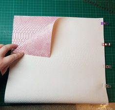 © Le petit Atelier de Sam Coucou à vous, aujourd'hui je vous présente mon nouveau petit tutoriel pour réaliser un petit sac en simili-cuir doublé avec un tissu coton. Il ne faut pas beaucoup de matériel avec un niveau relativement facile. Bonne couture!...