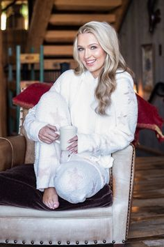 You are definitely going to want this cozy pullover! It's perfect for lounging on the couch! That star print is really fun too! Shop this pullover at the Mint Julep Boutique! Apres Ski Outfits, Cozy Outfits, Winter Outfits, Matching Pajamas, Cute Pajamas, Christmas Outfits, Christmas Ideas, Mint Julep Boutique, Barefoot Girls