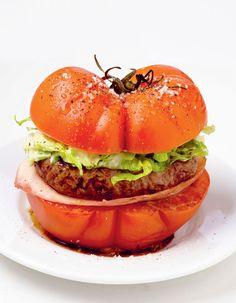 Recette Tomate burger : Saisissez les steaks 1 mn de chaque côté dans une poêle avec 1 filet d'huile d'olive.Coupez les tomates en 2 et badigeonnez-en l�...