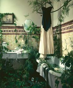 I would love to have this kinda of bathroom, minus the bugs that come along with trailing vines...