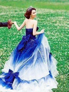 鮮やかな青色がステキすぎるドレス : 【毎日更新】普通のドレスじゃ物足りない♡ちょっと個性的なウェディングドレス - NAVER まとめ
