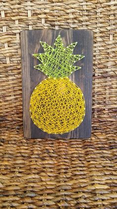 Give the gift of Hawaiian home décor with this pineapple string art sign. Hawaii is home to the famous DOLE Pineapple Plantation. Brighten up any - Interior Decor Hawaiian Bedroom, Hawaiian Home Decor, Hawaiian Crafts, Hawaiian Homes, Home Decor Signs, Unique Home Decor, Thema Hawaii, Pineapple Kitchen, Rosalie