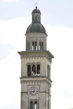 Campanile della chiesa di Santa Maria Assunta a Moimacco (UD).  Il campanile conserva la struttura originale risalente al IX secolo e presenta sopra la porta un'iscrizione del 1557, che documenta come in quell'anno essa fu realizzata. Solo la parte conclusiva risale al 1911. Presenta una tipologia a torre parzialmente inglobata nella chiesa. [SIRPAC - Scheda 8651]