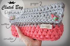 """Borsa a mano per donna in fettuccia lavorata a crochet. Chiusura con bottoni in fimo realizzati a mano. MATERIALI:Fettuccia """"Trap-art"""" in cotone 100%, fimo. MISURE: Borsa: 28 x 15 x 7 cm (larghezza x altezza x profondità)"""