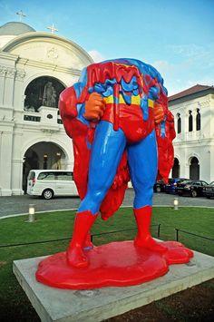 Un Superman fondu devant le Singapore Art Museum