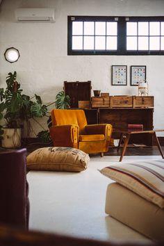En esta antigua fábrica saben bien de recuperar muebles y textiles...