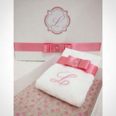 Presente de batizado com bandeja de acrílico + toalha personalizada!  #lalov #toalhaspersonalizadas #monograma #monogram #batizado #babygift  #pink #personalizados #kitlavabo
