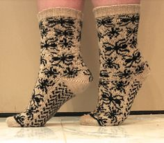 These spider socks would very much please my daughter. I may cast them on in the near future. #Knit