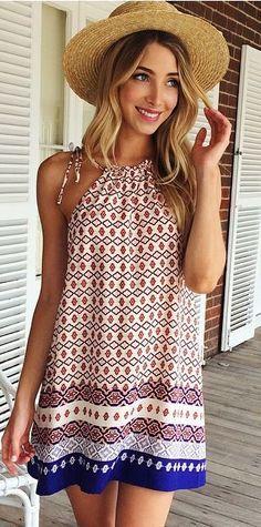 El vestido es muy bonita. El vestido es un vestido de playa.