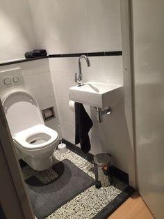 Granito Tegels in Toilet Bad Inspiration, Bathroom Inspiration, Understairs Toilet, Ideas Baños, Small Toilet Room, Downstairs Toilet, Toilet Design, Small Bathroom Storage, Bathroom Toilets