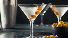 If you want to know how to make olive juice for alcoholic drinks, like the dirty martini, well we have some great tips mentioned in the article. Take a look and make the perfect martini for your friends and family! Cocktail Martini, Martinis, Dry Martini Recipe, Campari Spritz, Most Popular Mixed Drinks, Lillet Berry, Perfect Martini, Beste Cocktails, Alcoholic Drink Recipes