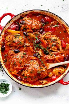 The BEST Chicken Cacciatore in a rich and rustic sauce with chicken falling off the bone is simple Italian comfort food at its best! Authentic Chicken Cacciatore is an Italian classic, and you'll never get a more succulent home cooked meal than this recip Cacciatore Recipes, Chicken Cacciatore Easy, Slow Cooked Chicken, Healthy Chicken, How To Cook Chicken, Boneless Chicken, Beef Recipes, Bon Appetit, Cooking
