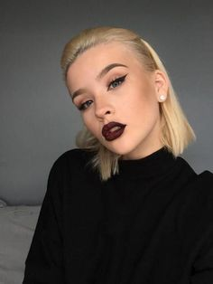 make-up-anleitung-drama-look-fur-helle-haut-blond-rot-dunkelrot-lippenstift-schwarzes-kleid Concealer, Silvester Make Up, Kajal, Make Up Anleitung, Makeup Trends, Beautiful Women, Lipstick, Partys, How To Make