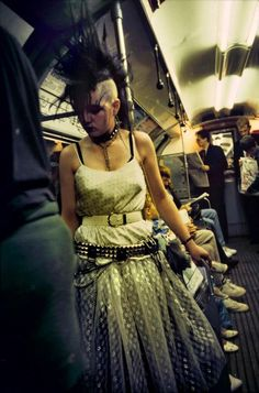 Bob Mazzer, British (contemporary), Punk Rock Girl on the London Underground, 80s Punk, Punk Goth, 80s Goth, Filles Punk Rock, Punk Fashion, Fashion Beauty, Mode Punk, British Punk, British Fashion