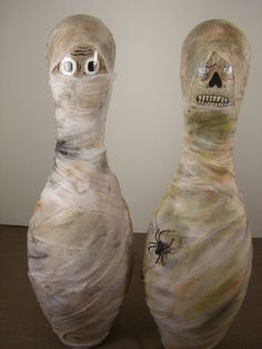 I've been trying to decide what to do with these bowling pins that I have sitting around. Here is an idea. Bowling Pins, Bowling Ball Crafts, Bowling Ball Art, Bowling Party, Fall Halloween, Halloween Crafts, Halloween Games, Halloween Ideas, Halloween Decorations