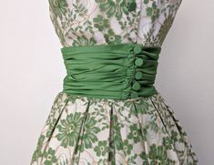 Vintage Green and White Embroidered Party Dress, Day Dress Vintage Dresses Online, Vintage Inspired Dresses, Vintage Outfits, Vintage Fashion, Vintage Clothing, Day Dresses, Nice Dresses, Summer Dresses, Apron Dress