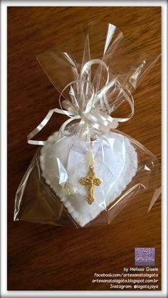 Pequenos corações feitos com muito amor e carinho para você oferecer como lembrancinha no batizado ou na comunhão de seus filhos. ... Felt Crafts, Diy And Crafts, Baby Shower Souvenirs, First Communion, Christening, Wedding Gifts, Gift Wrapping, Christmas Ornaments, Creative