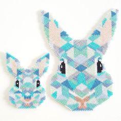 La famille est au complet  Je les aime d'amour! Je suis (re)lancée, je sens que le stock de perles va descendre à vue d'oeil ces vacances! #nuitdeperleuse #jenfiledesperlesetjassume #perleaddict #perlezmoidamour #perles #beads #miyuki #couleurs #miyukibeads #tissageperles #tissage #brickstitch #madeintoulouse #lapin #rabbit #motifclapiottesetloupiotte