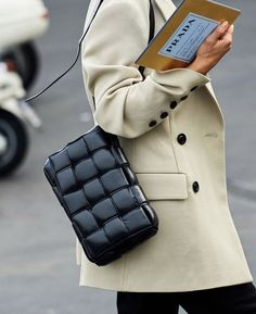 Adore this quilted bag Stylish Outfits, Fashion Outfits, Womens Fashion, Party Fashion, Reebok, Insta Look, Grunge, Fashion Details, Minimalist Fashion