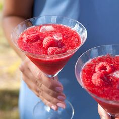Hallon och lime blir jättegott tillsammans i den här klassiska drinken. Krossa isen i en handduk eller i en mixer om du har en mixer som klarar det.