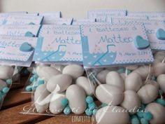 Sacchetti pieni di confetti e zuccherini, tag personalizzata e cuore in gesso profumato.